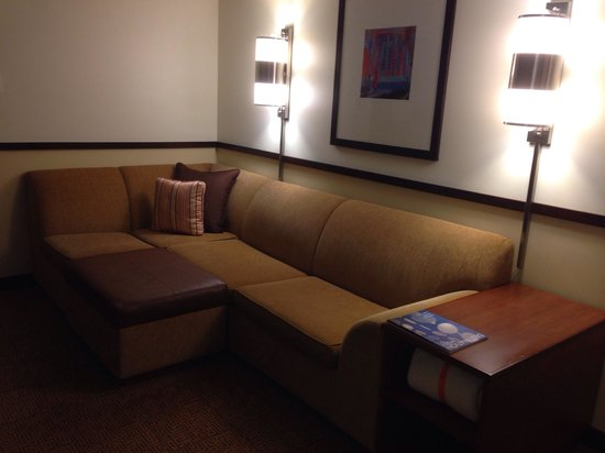 Hyatt Place Seattle/Downtown : Humungous couch in room with TV and office space