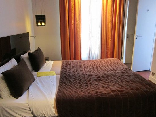Hotel Rocroy: Double room with great sun light