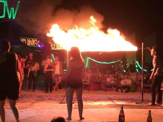 Baia Baia: 隣のwoody bar ファイヤーショー
