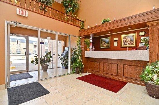 Econo Lodge Inn & Suites: Front Desk