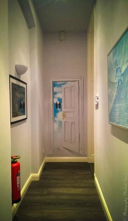 Hommage a Magritte : Artistic Walk in the Corridors of the B*B