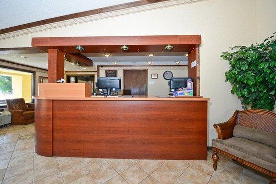 Americas Best Value Inn & Suites - Warren / Detroit: Front Desk