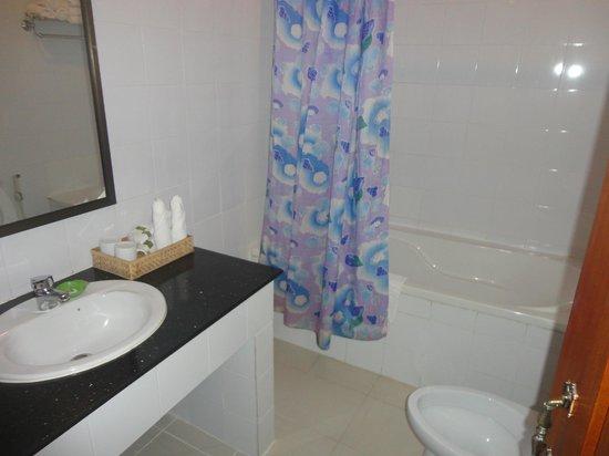 Central Boutique Angkor Hotel: Shower in standard room