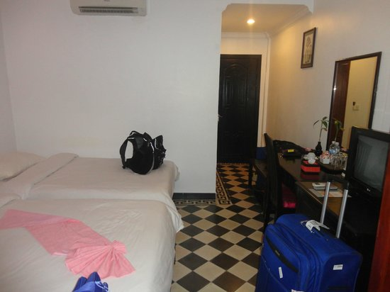 Central Boutique Angkor Hotel: 3 beds squeezed into standard room