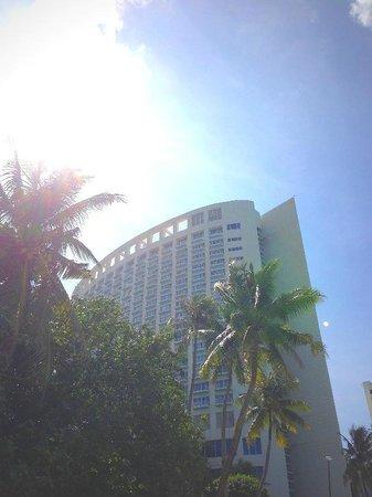 The Westin Resort Guam: ビーチから見たウェスティン