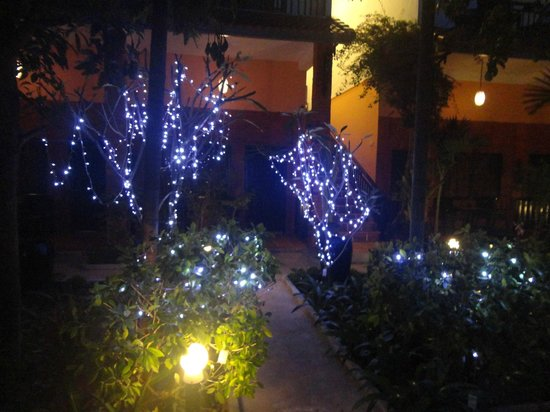 Central Boutique Angkor Hotel: Christmas lights around the pool