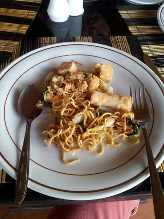 Pacung Indah Hotel & Restaurant: Food for vegetarian - spring roll and fried noodle