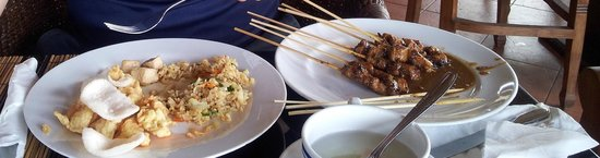 Pacung Indah Hotel & Restaurant: Satay and crackers