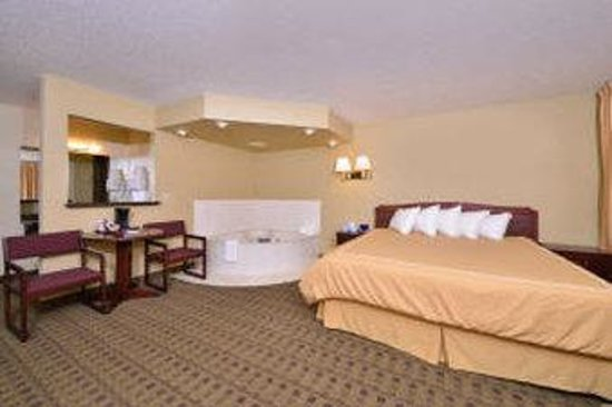 Americas Best Value Inn Glenwood: One King Jacuzzi Suite
