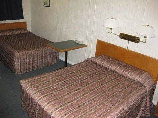 Red Coat Inn Motel: 1Queen and 1Double Guestroom