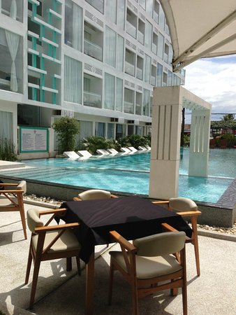 Thaiyang Chhen Hotel: Nice swimming pool with my wife and my kits was in join with their relax