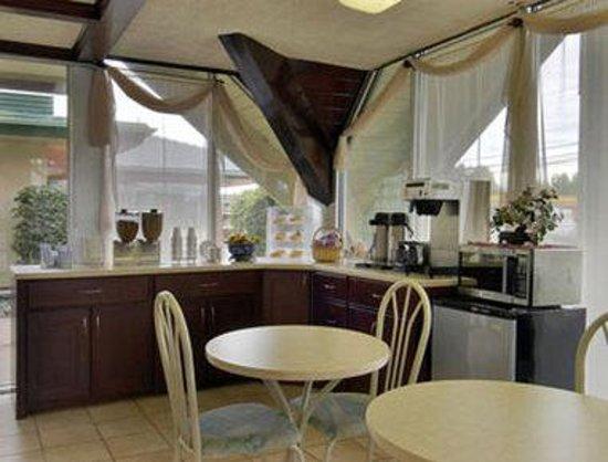 Days Inn Vernon : Breakfast Area
