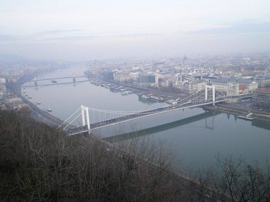 Regency Suites Hotel Budapest: view from Buda