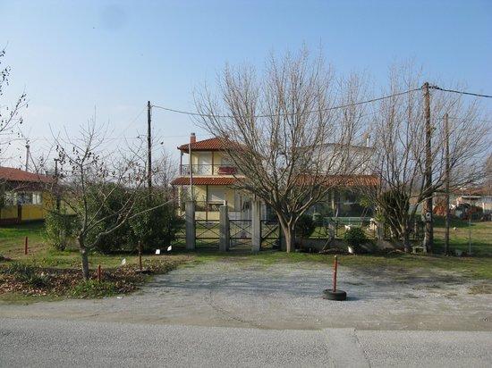 Mediterranean Village Hotel & Spa: Дом пед отелем.