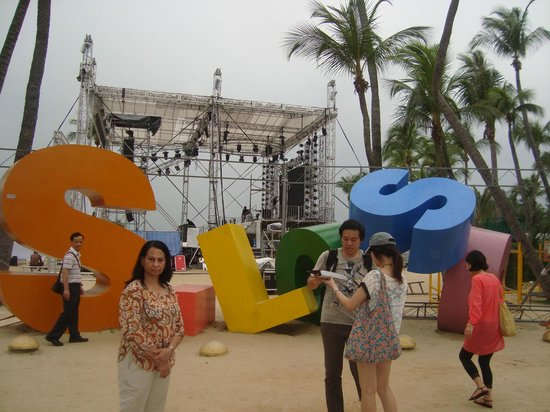 Siloso Beach: name written in colorful blocks