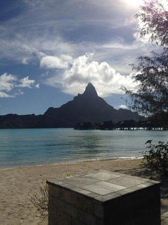 InterContinental Bora Bora Resort & Thalasso Spa : view from the little beach adjacent to the reception