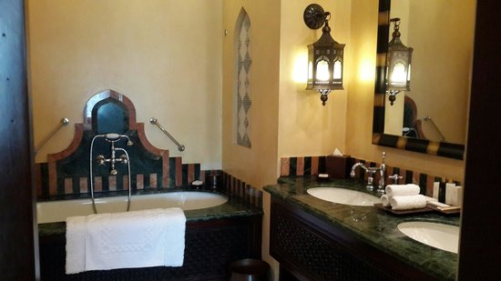 Jumeirah Al Qasr at Madinat Jumeirah: Bathroom - Al Qasr twin room