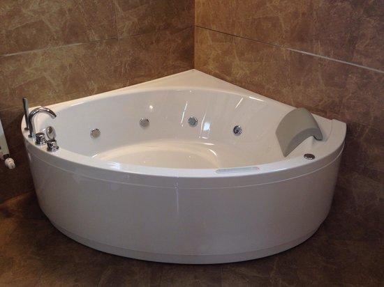 Palazzo San Lorenzo Hotel & Spa: Vasca idromassaggio Romantic Suite oltre alle 2 docce disponibili in bagno