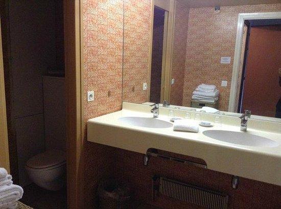 Résidence la Renovation : salle de bains