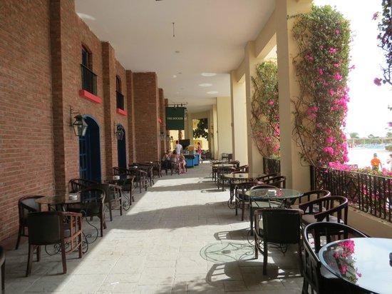 Tia Heights Makadi Bay: Cafe next to the main swimming pool