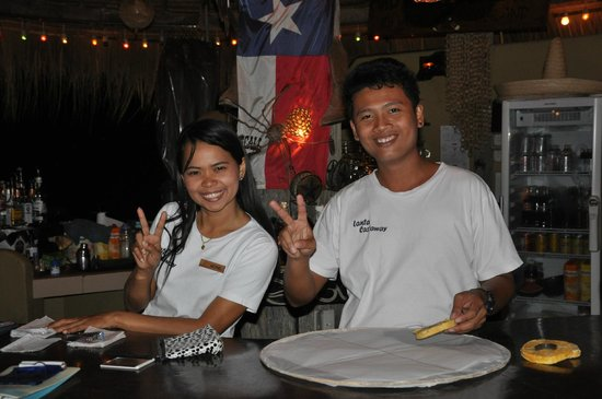 Lanta Castaway Beach Resort: Two of the friendly staff at Mad Bull Bar