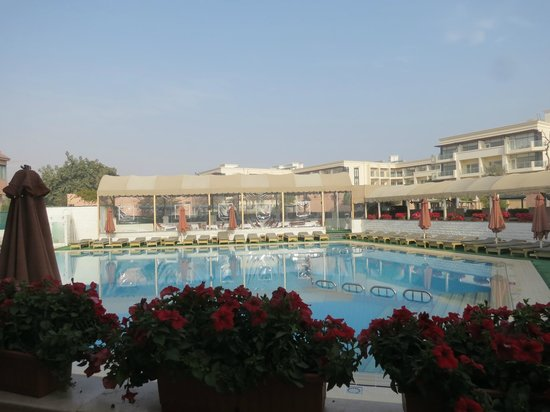 Cairo Pyramids Hotel: Hotel Lobby overlooking the swimming pool