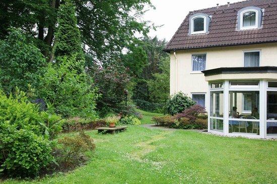 Hotel Haus Kronenthal: Frühstückszimmer Gartenblick