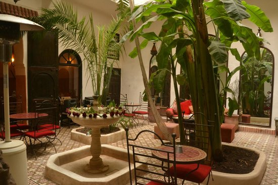 Riad Dar Tayib: The patin and dining area