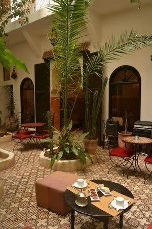 Riad Dar Tayib: Patio and dining area