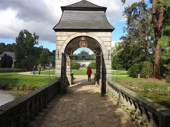 Stiftung Schloss Dyck: Die Barockbrücke über dem Wassergraben
