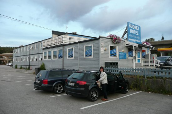 Budget Hotel Kristiansand: Parking in the front of the Budget Hotel