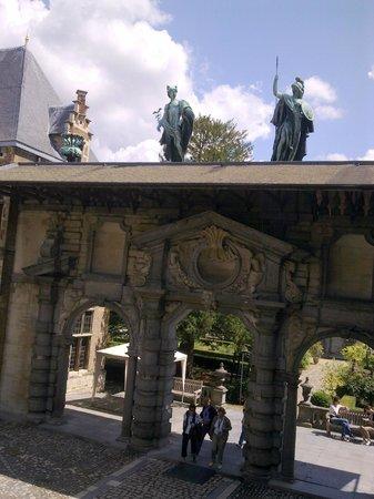 Rubens House (Rubenshuis) : статуи во дворе