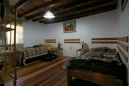 Andean Moon Hostal: Двухместный номер с окнами на внутренний дворик.