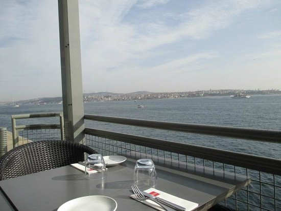 Musée d'art moderne d'Istanbul : Cafe at museum...you can eat,drink cofee and enjoy Bosfor