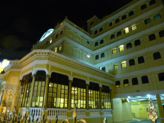 Hotel Residencial: Façade avant côté route (en soirée)