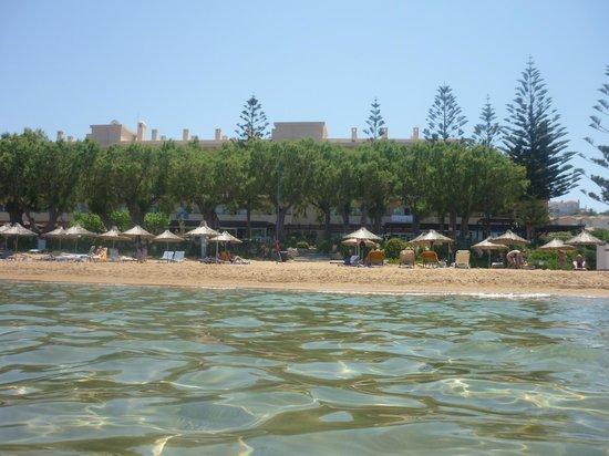 Santa Marina Beach Hotel: t strand vanaf t water gezien
