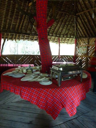Enchoro Wildlife Camp: Restaurant table..