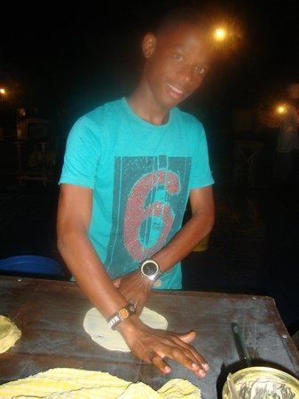 Forodhani Gardens : Preparing pizza