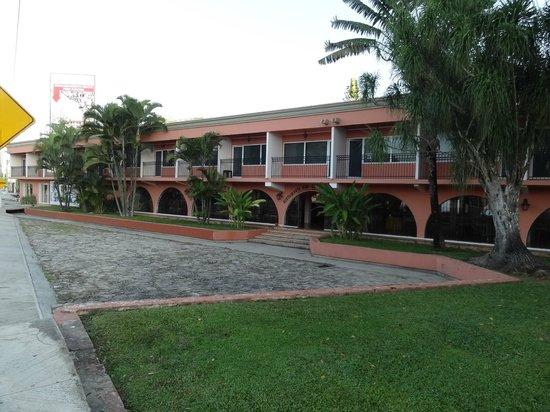 Hotel Chichen Itza: Façade avant donnant sur la route