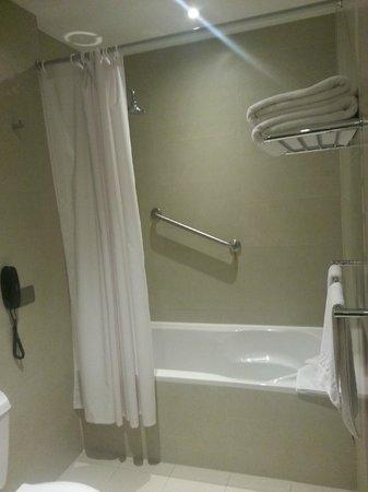 Arawi Lima Miraflores Hotel: Bañera c/ducha