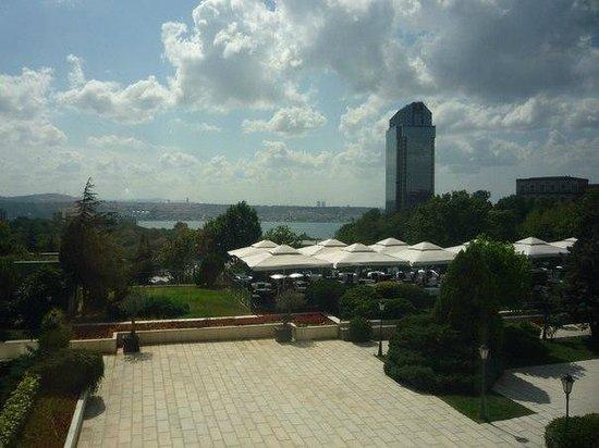 Hilton Istanbul Bosphorus : Вид из номера на 2 этаже на Босфор и отель Ритц