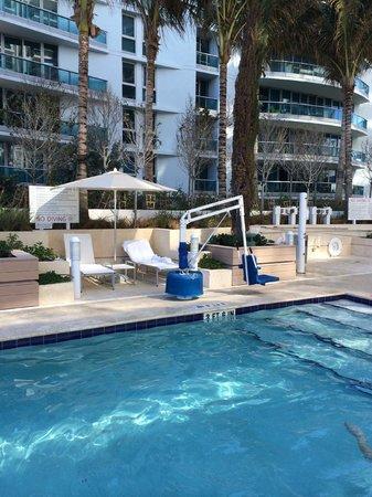 Grand Beach Hotel Surfside: Территория у бассейна