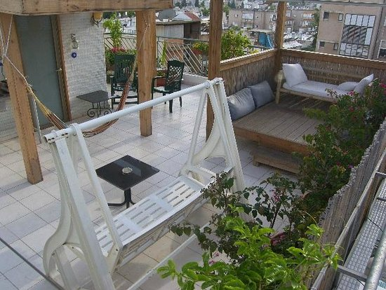 Dekel Guesthouse - Ramat Gan: Sunny balcony