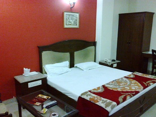Hotel Maharaja Residency : Room / Bed
