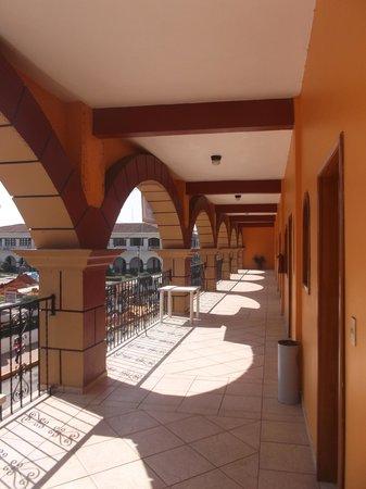 Hotel Arcos del Parque: Superbe grand balcon donnant sur le parc et la rue - 1er février 2014.