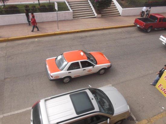 Hotel Arcos del Parque: Vue sur la rue du balcon - 1er février 2014.