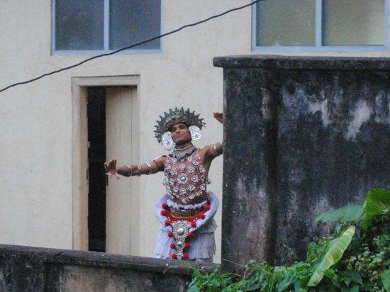 Nature Walk Resort: Dancer rehearsing on balcony next to hotel
