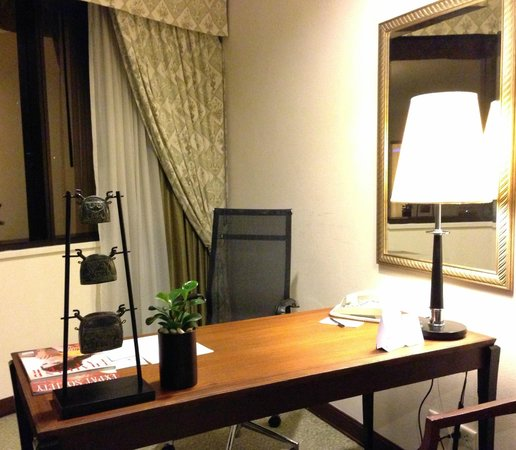 The Athenee Hotel, a Luxury Collection Hotel: Deluxe Suite (Room 1901) / Desk Area