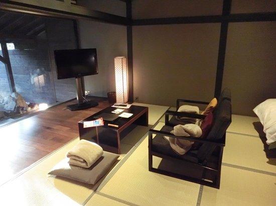 Tezuka Ryokan: 1階露天風呂付客室、リビング(ベッドと同じ部屋)