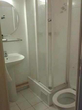Hôtel Bellevue Paris Montmartre : Small shower room & toilet